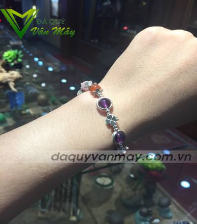 co-that-deo-vong-tay-phong-thuy-doi-van-thay-duyen-1_compressed