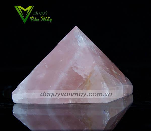 Kim tự tháp đá thạch anh hồng