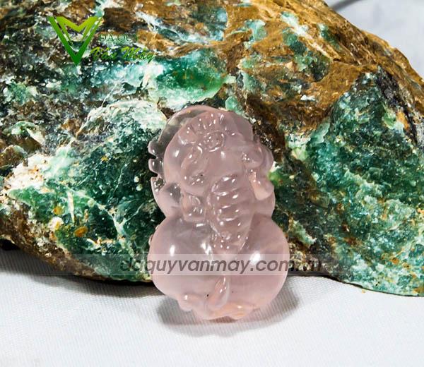dây chyền mặt đá màu hồng